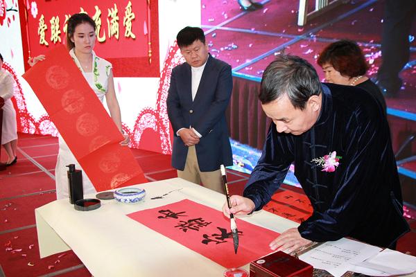 国家一级美术师、中国教育电视台水墨丹青书画院副院长李抱虹挥毫泼墨