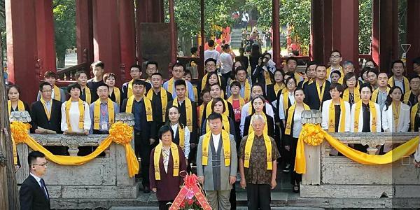 张晋老师带领千位教育人在孔庙大成殿举行祭孔大典