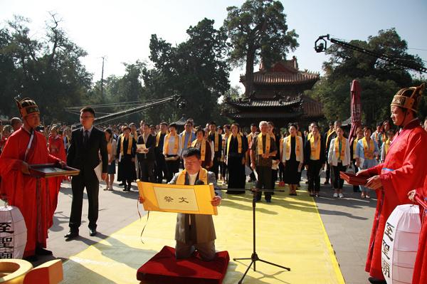 张晋老师带领千位教育人在孔庙大成殿前齐声宣读教育誓文